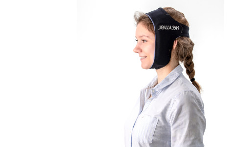 Frau trägt das JawLax<sup>®</sup>-Wärmeset