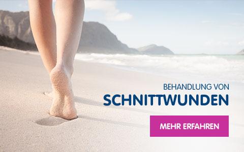 Füße, die barfuß durch Sand laufen